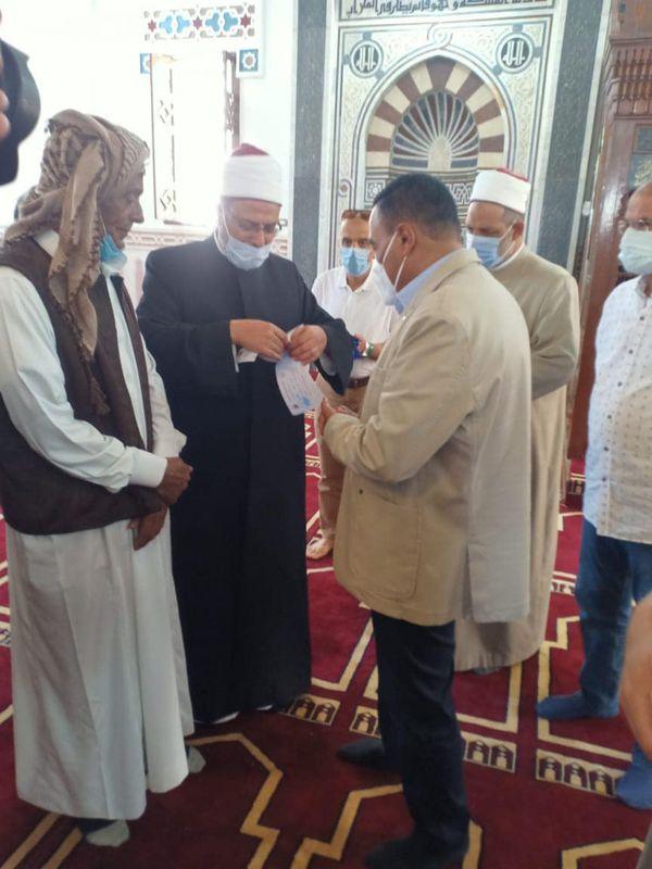 محافظ مطروح يتبرع ب10 صكوك