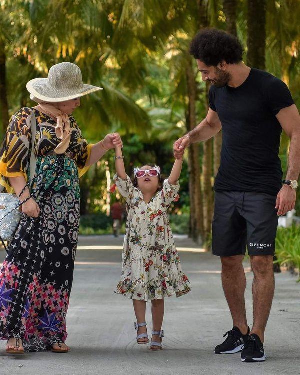 محمد صلاح ينشر صورا جديدة بصحبه زوجته وابنتيه
