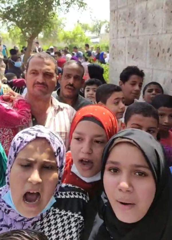 الاطفال يتلون القرآن الكريم امام قبر العربي