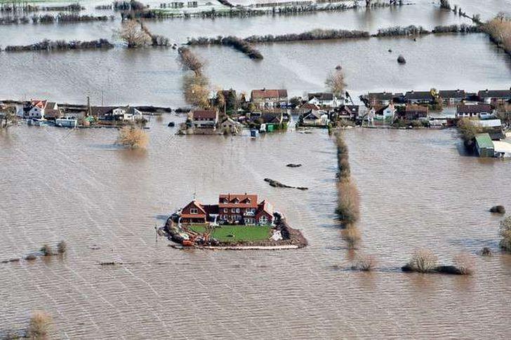 مئات الأشخاص يفرون من منازلهم بسبب الفيضانات العارمة