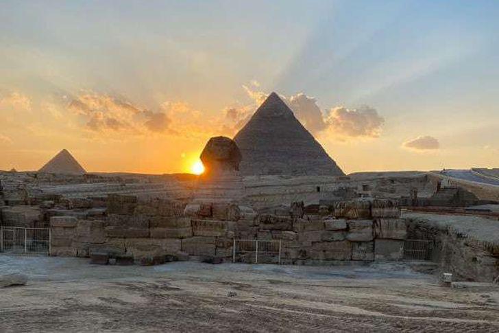 غروب الشمس على الكتف الأيمن لتمثال أبو الهول