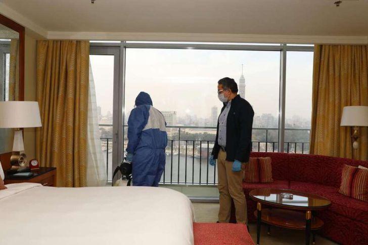 العناني يتفقد أعمال تطهير أحد الفنادق السياحية في القاهرة