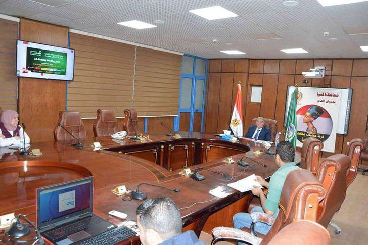 محافظ المنيا خلال اجتماعه