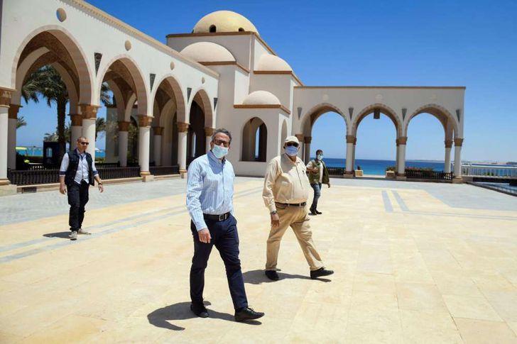 وزير السياحة والآثار يتفقد فنادق البحر الأحمر
