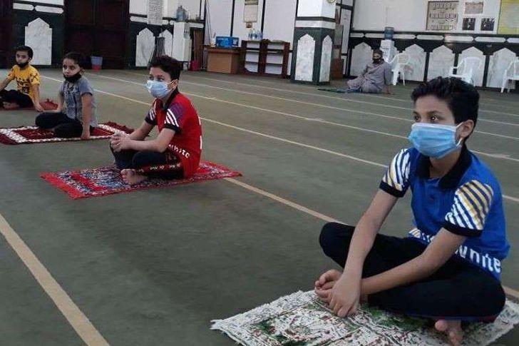 الاطفال هم اكثر الحريصين على الصلاة  و كانهم مستعدين لصلاة العيد فى اول يوم للصلاة بمساجد بورسعيد
