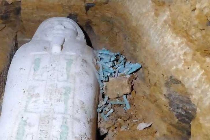 العثور على تابوت حجري وتماثيل من الاوشابتي بمنطقة آثار الغريفة بالمنيا