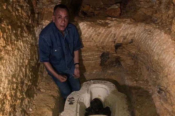 تمائم وجعارين داخل تابوت كبير كهنة جحوتي بمنطقة آثار الغريفة بتونا الجبل بالمنيا