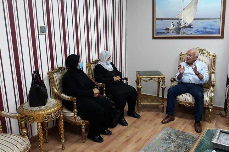 محافظ بورسعيد مع اسر الشهداء