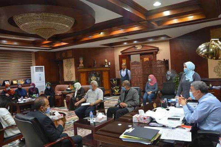 محافظ المنيا خلال لقاءه مع المواطنين المتضررين