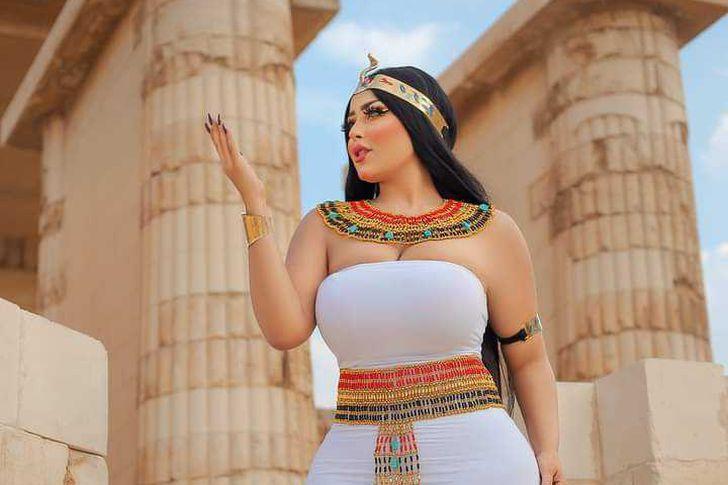 واقعة فتاة ترتدي زي فرعوني في منطقة آثار سقارة