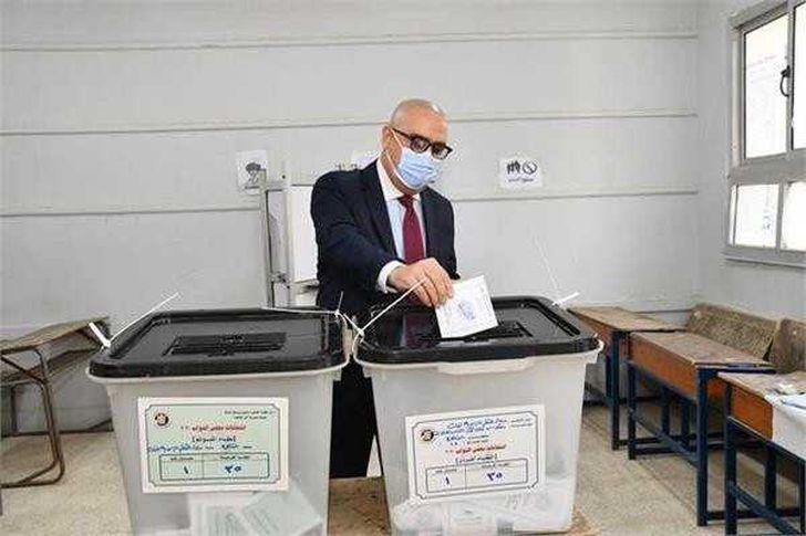 وزير الإسكان يدلى بصوته في انتخابات مجلس النواب