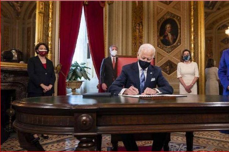 بايدن يوقع  في البيت الأبيض