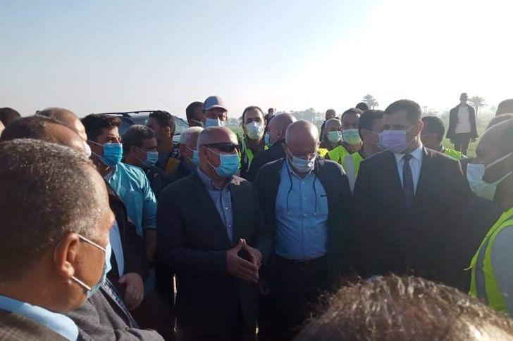 وزير النقل يتحدث عن مشكله صرف التعويضات للإهالى بمحور ديروط فى أسيوط  أسيوط