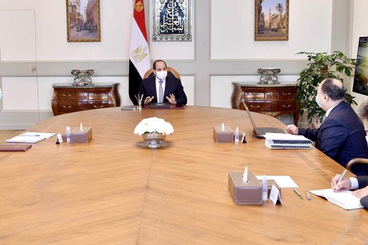 الرئيس السيسي يجتمع برئيس الوزراء ووزير المالية