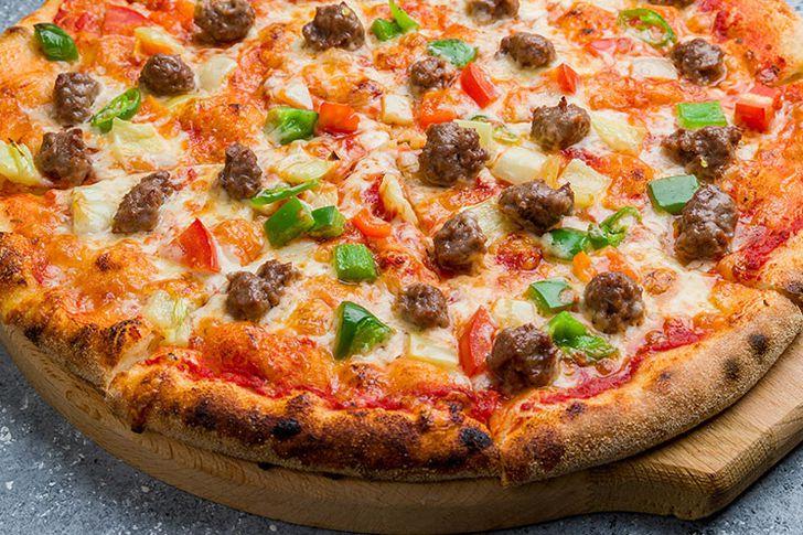 طريقة عمل البيتزا باللحمة والطماطم