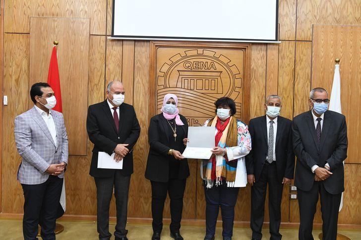 وزيرة الثقافة والداودي يكرمان نساء قنا احتفالًا بيوم المرأة المصرية