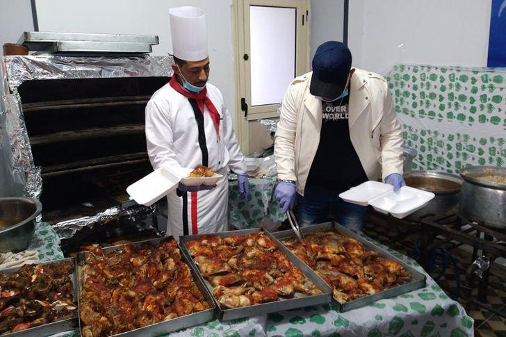 فاعل خير يوزيع  2000 وجبة إفطار علي الفقراء بالمقطم
