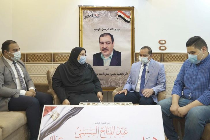السيسي يهدي أسر الشهداء عيدية