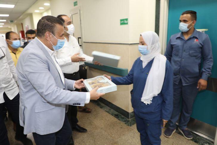 توزيع كعك العيد علي مصابي وممرضات عزل الباجور