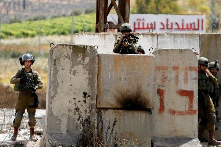 جنود اسرائيليون خارج مستوطنة يهودية في غلاف غزة