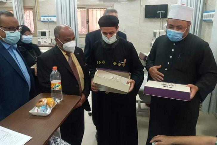 رجال الدين الإسلامي والمسيحي يزورون المرضي بأسوان
