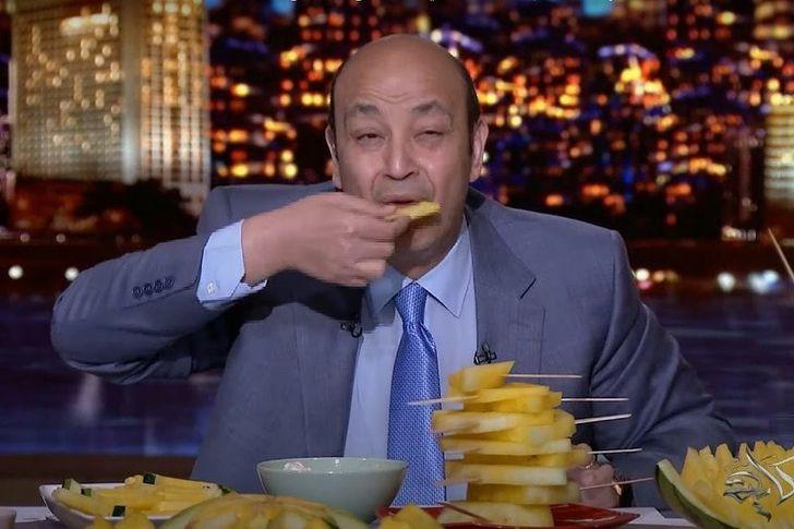 دخول عمرو أديب الأستديو مصطحبا بطيخة صفراء
