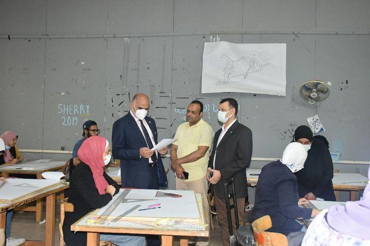 رئيس جامعة الأقصر يتفقد سير الامتحانات بكلية الفنون الجميلة
