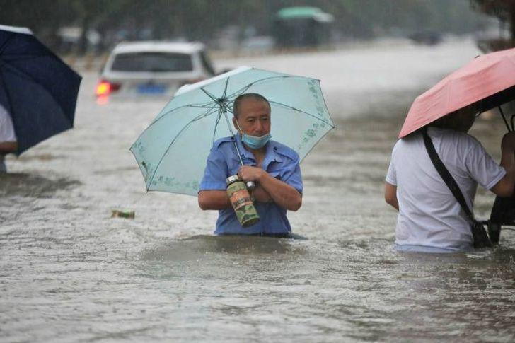 الفيضانات أغرقت تشنغتشو وسط الصين