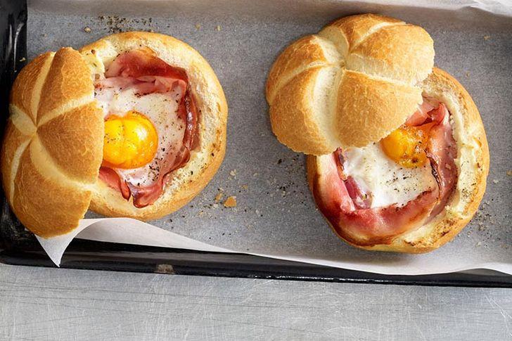 لفائف الخبز مع البيض المسلوق واللحمة