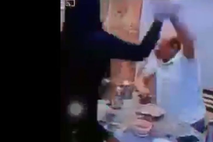 زوجة تضرب زوجها بعلبة كشري