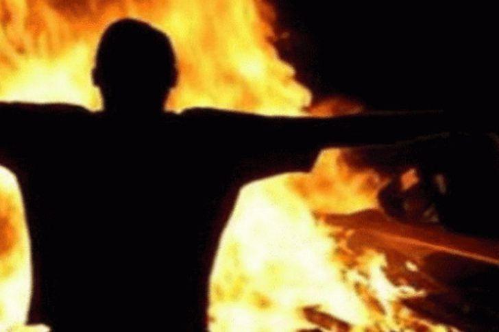 شاب يشعل النيران في جسده
