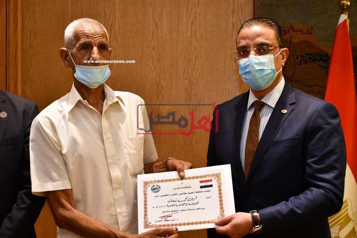 في عمر 73 عاماً.. محافظ الفيوم يكرم أكبر طالب حصل على شهادة الثانوية العامة