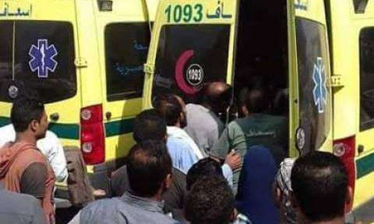 سيارات الاسعاف تنقل المصابين الى المستشفى