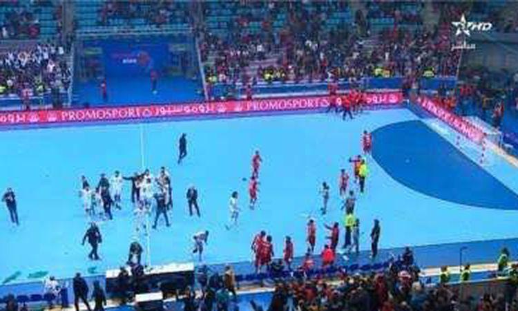 لقطة اعتداء الجماهير التونسية على منتخب اليد