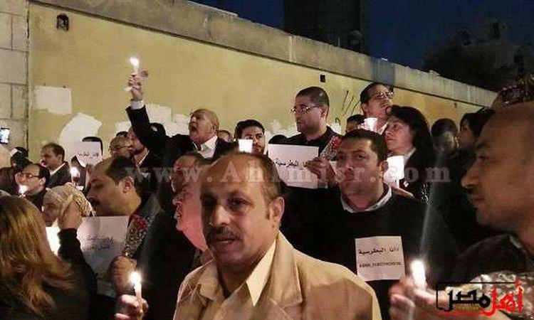 وقفة بالزهور والشموع أمام الكنيسة البطرسية