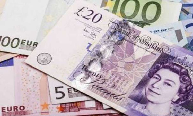 الجنيه الإسترليني يتراجع أمام الدولار واليورو