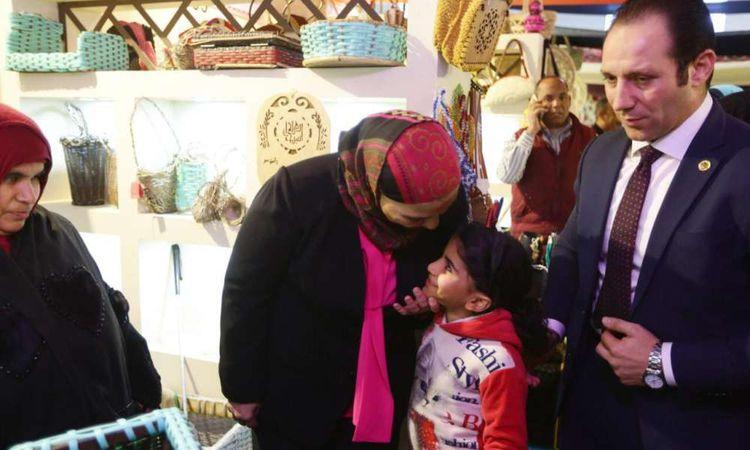 """وزيرة التضامن تتفقد معرض """"ديارنا"""" للحرف اليدوية"""