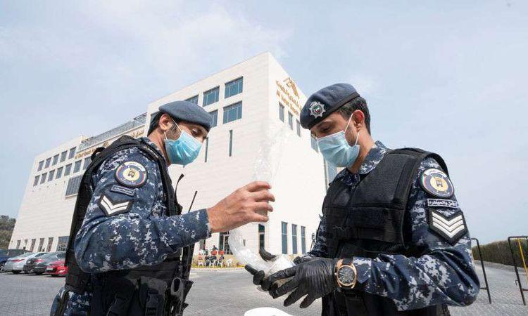 قوات أمن كويتية تتخذ إجراءات مشددة لمنع تفشي كورونا (REUTERS )