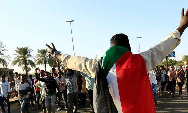 متظاهر سوداني يحتفل بالذكرى الأولى لثورة السودان (REUTERS )