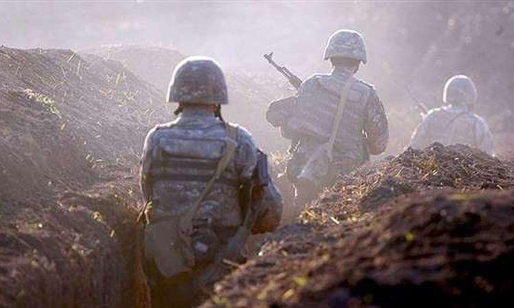 مجندون في خندق على الحدود بين أرمينيا وأذربيجان (أرشيفية)