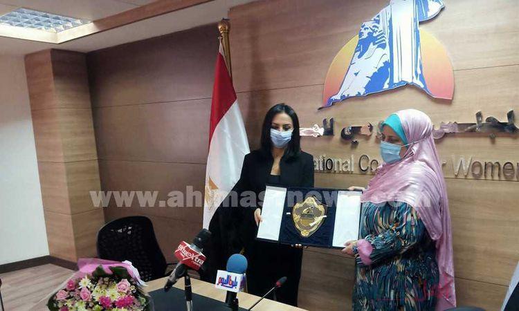 المجلس القومي للمرأة يكرم سيدة القطار (صور)