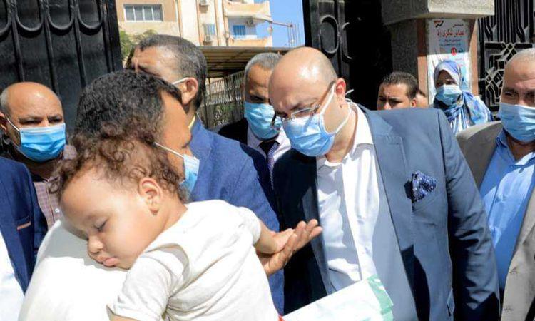 محافظ بني سويف يوجه بعلاج طفل صغير